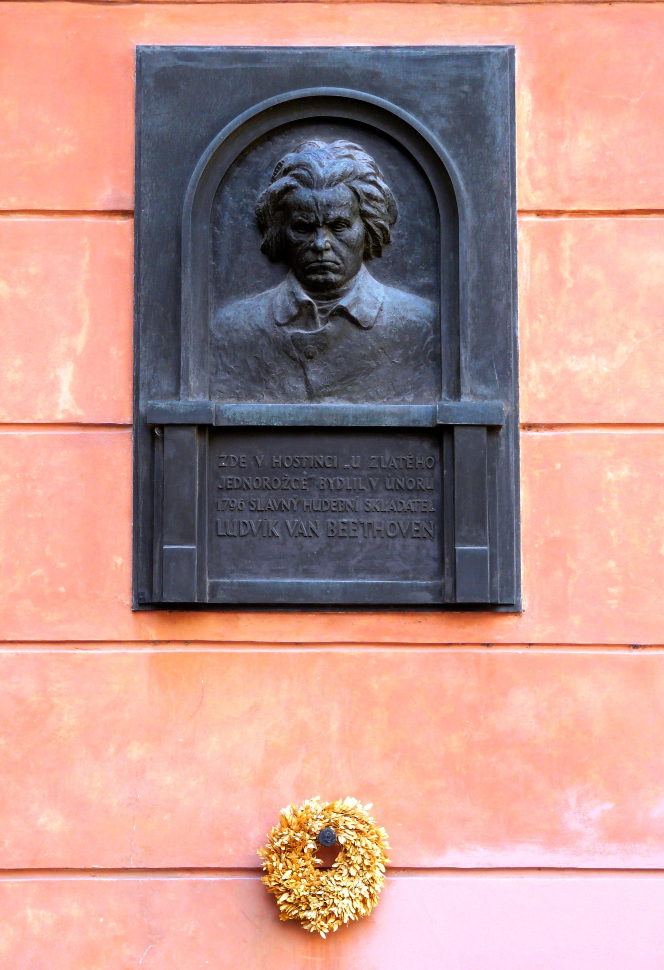 Мемориальная табличка на доме У Золотого единорога