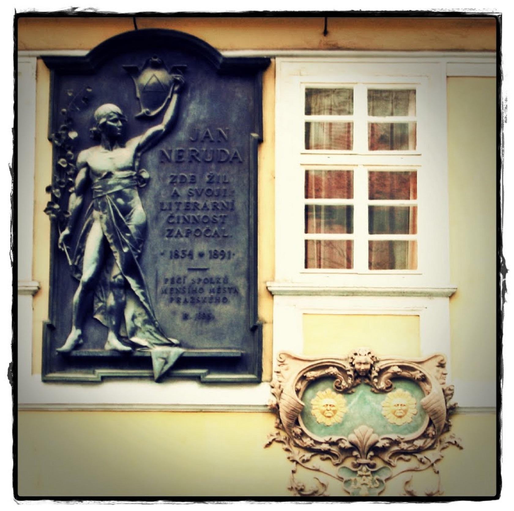 Табличка на доме У Двух солнц