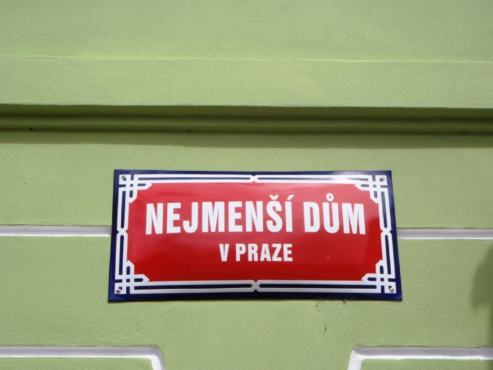 Табличка на самом маленьком доме Праги