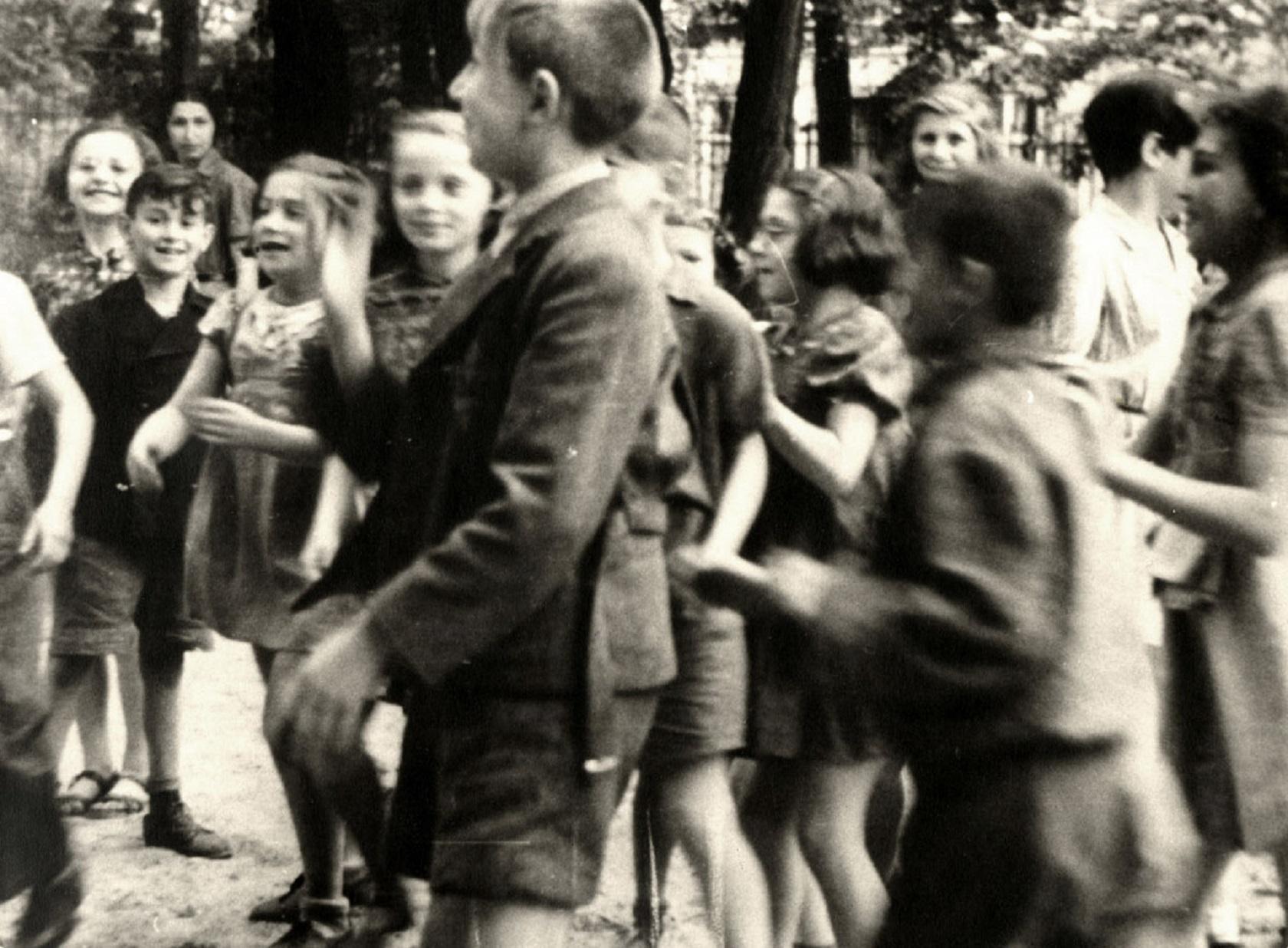 Дети Терезина во время визита Красного Креста