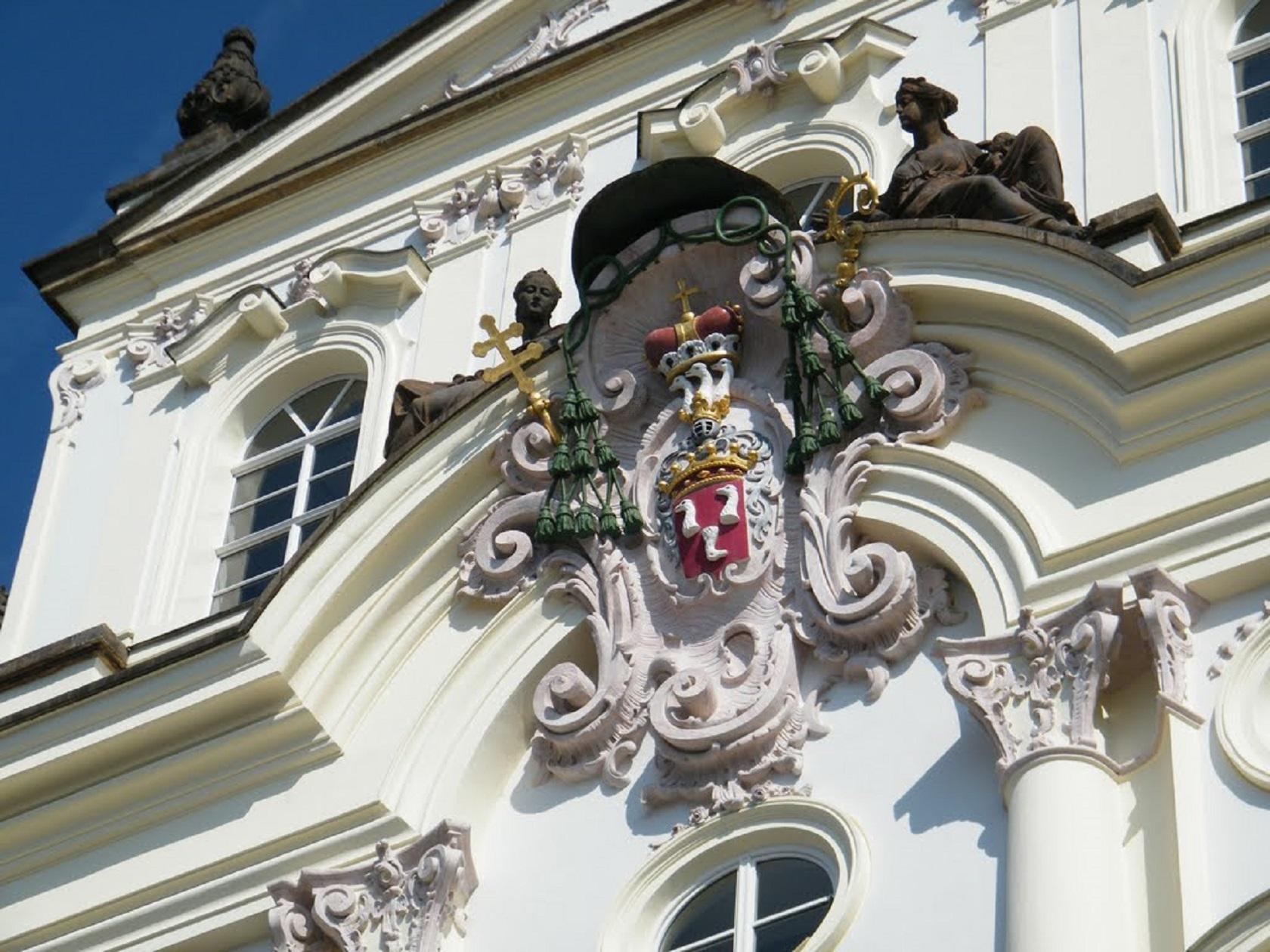 Герб архиепископа на дворце