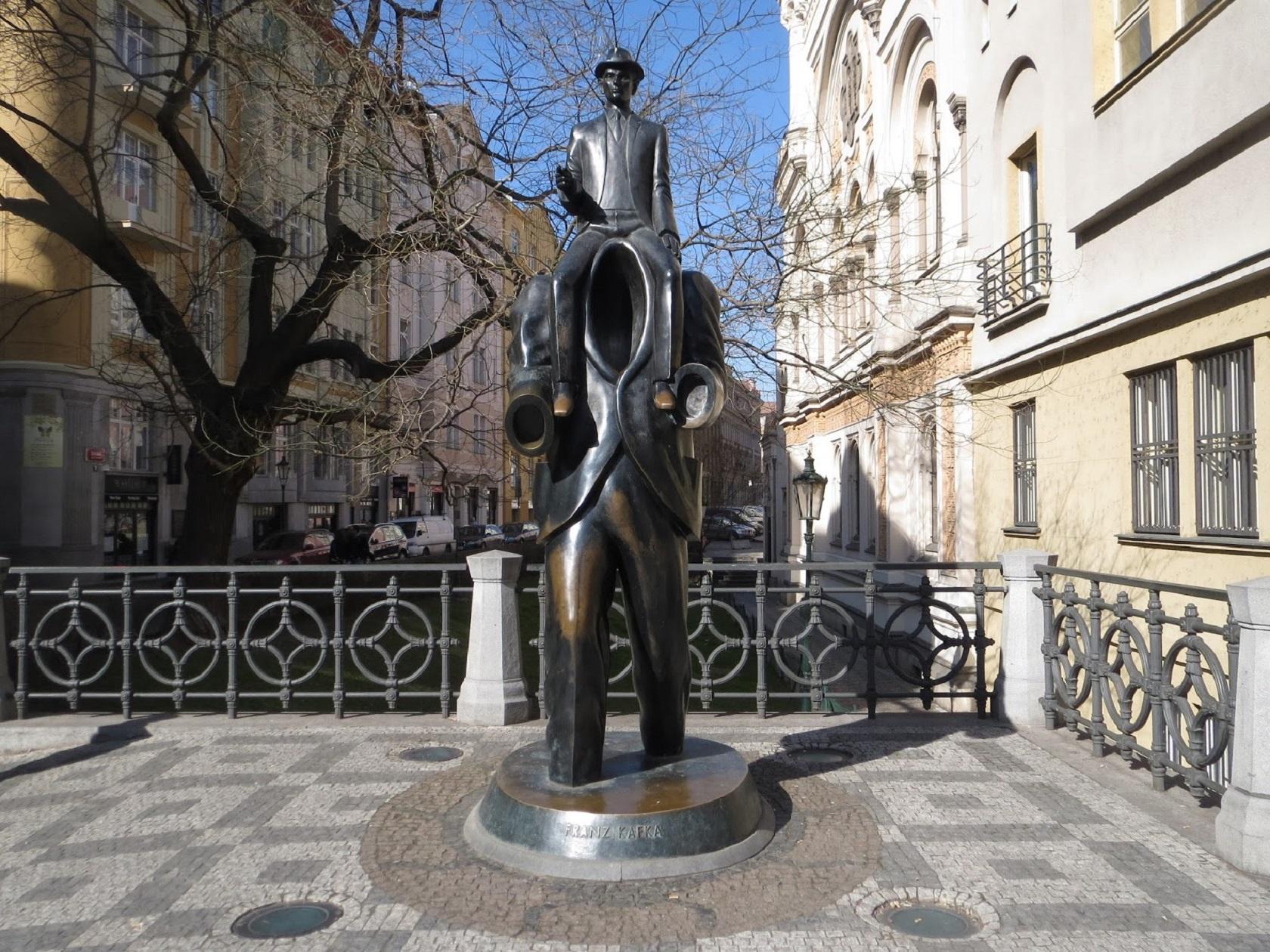 Памятник Францу Кафке работы Ярослава Роны 2