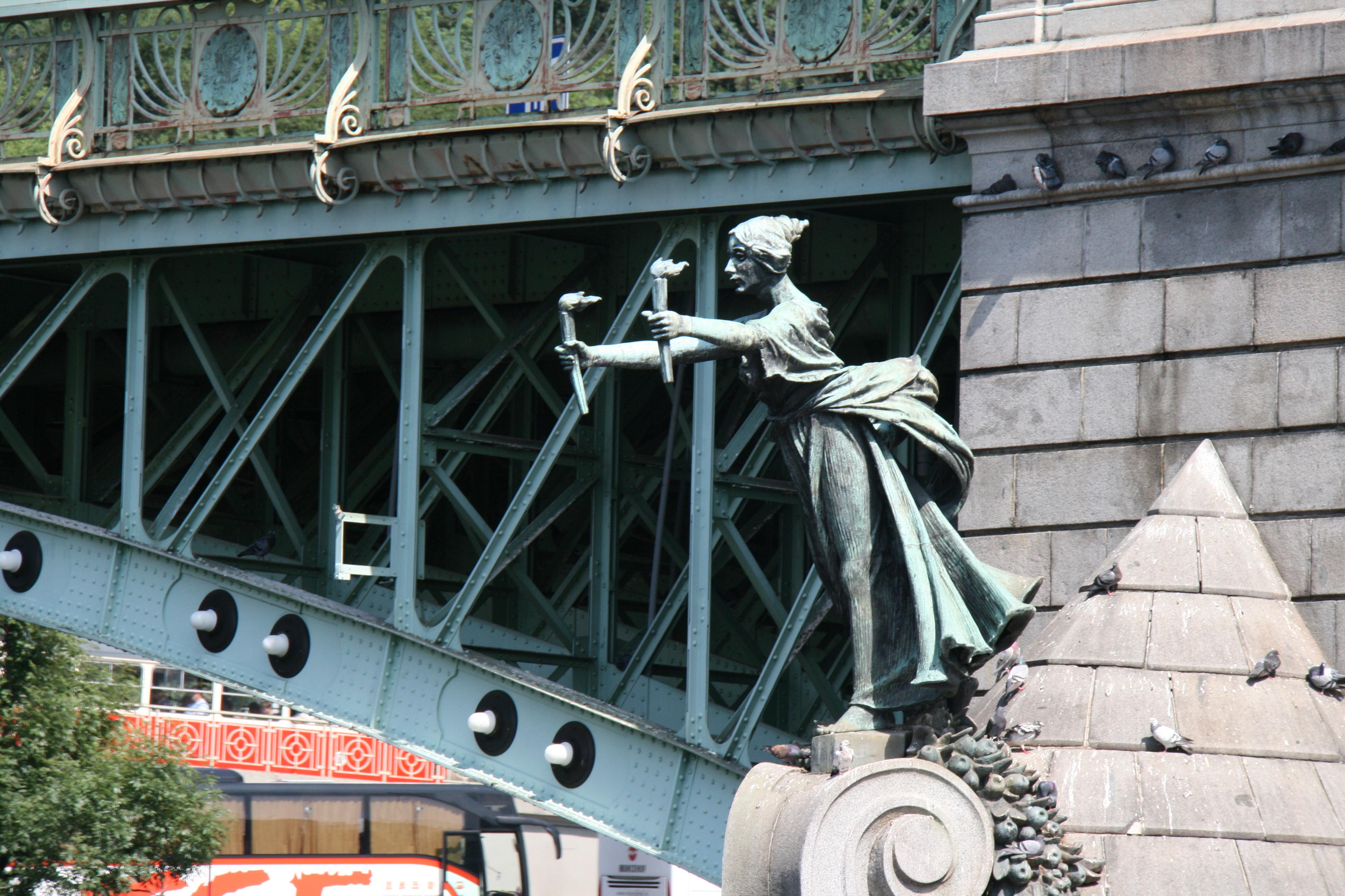 Женская фигура на Чеховом мосту