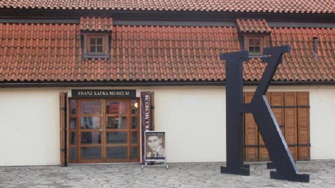 Буквы К у входа в музей Кафки