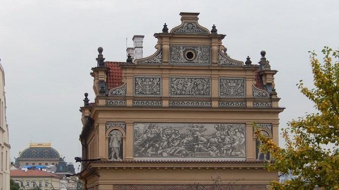 Внешний декор музея Сметаны