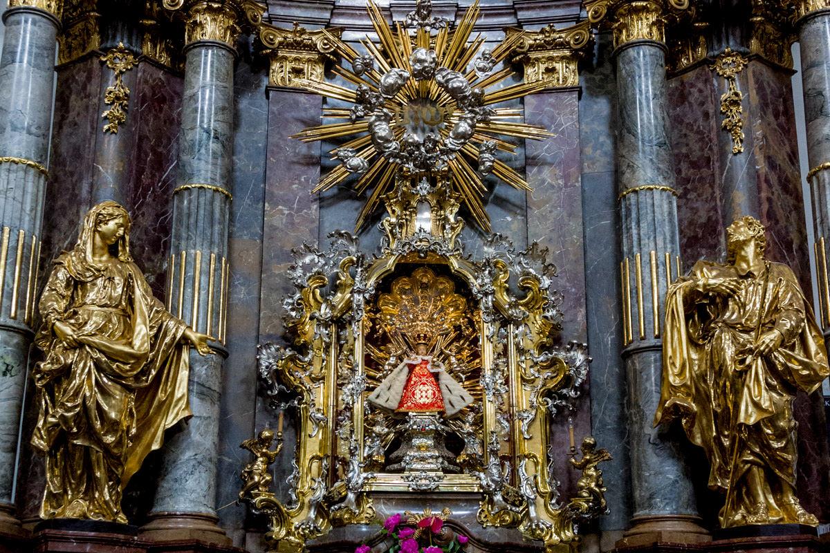 Статуя святого младенца Иисуса Пражского