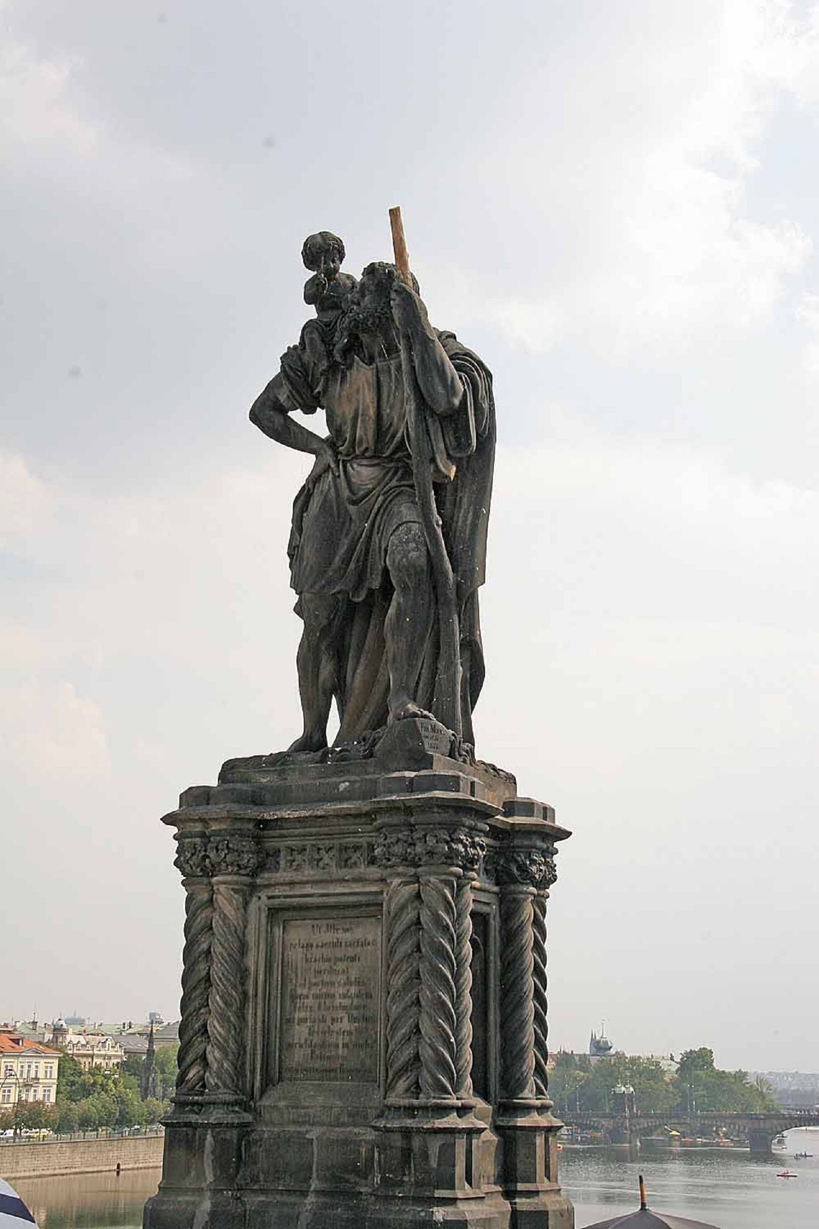 Скульптура святого Христофора на Карловом мосту